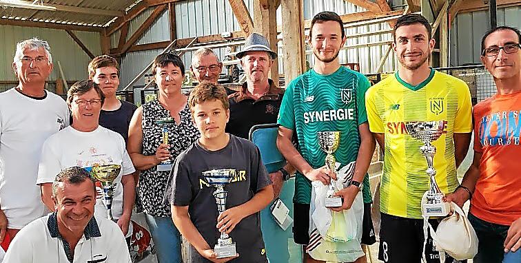 Les équipes récompensées au concours de boules bretonnes de l'Amicale.