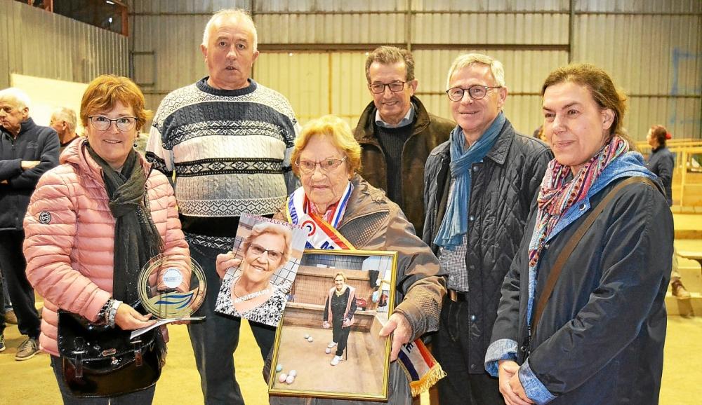 La doyenne des boulistes, Denise Hamon a reçu de nombreux cadeaux de la part des élus et du président Roger Faucillon (à gauche)