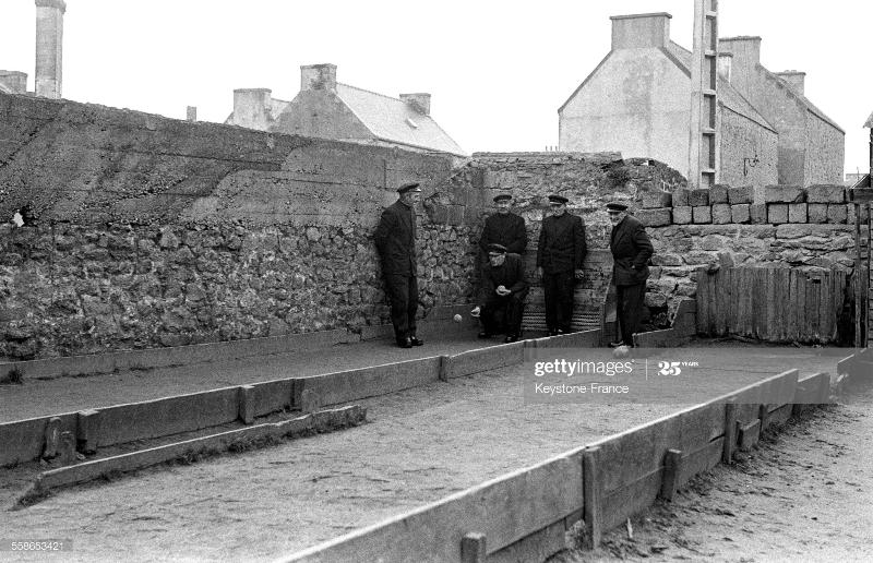 Joueurs de boules sur l'île de Sein en Bretagne dans le Finistère en France en 1958. 800x600