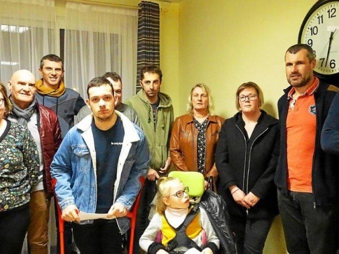 Mathis et Louna entouré de leurs parents et des membres de la boule pontivyenne