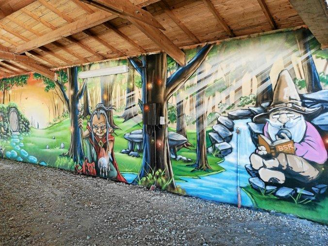 Lors du RDN Festival, les jeunes graffeurs et leur professeur, Jone, ont embelli le mur des jeux couverts de boules bretonnes.