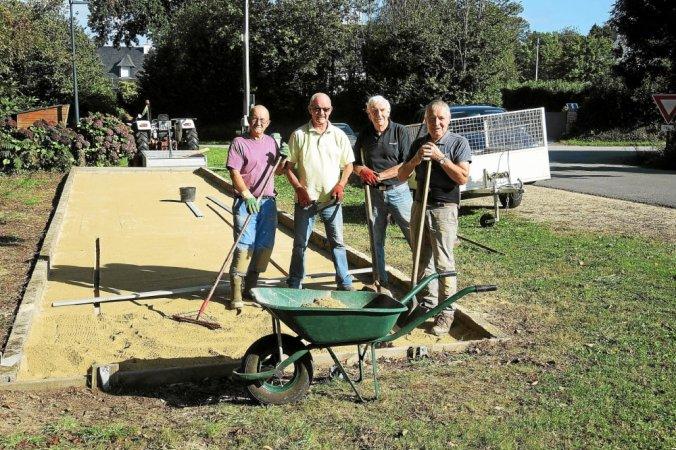 Le chantier se termine ; de g. à d. Serge Le Noc, Jean-Luc Le Gac, Christian Guichard et Jean Kersulec
