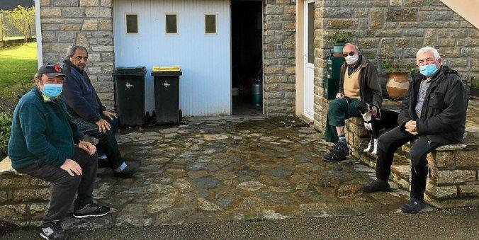 En guise de parties de boule bretonne, les copains se retrouvent autour d'un café, à l'entrée de la maison de l'un deux.
