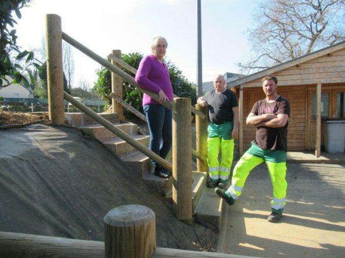 Annie Volland, conseillère municipal, membre de la commission fleurissement et bouliste à ses loisirs avec Didier Sadou et Jean-Philippe Neveu qui ont réalisé l'escalier.