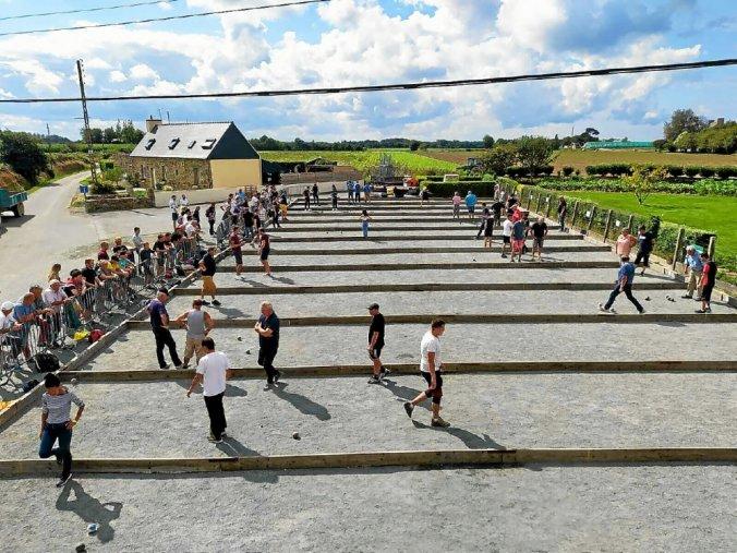 Du public pour 128 joueurs au concours de boules bretonnes organisé par le comité des fêtes de Saint Nicolas en Camlez