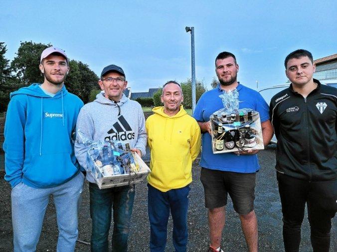 De gauche à droite, les finalistes Théo et Gaël Diguerher, les vainqueurs David Prigent et Thomas Benech, et Dylan L'Hervé président de l'amicale bouliste.